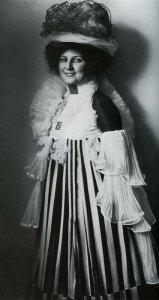 3. Emilie Flöge con vestido diseñado por ella y por Gustav Klimt, 1908